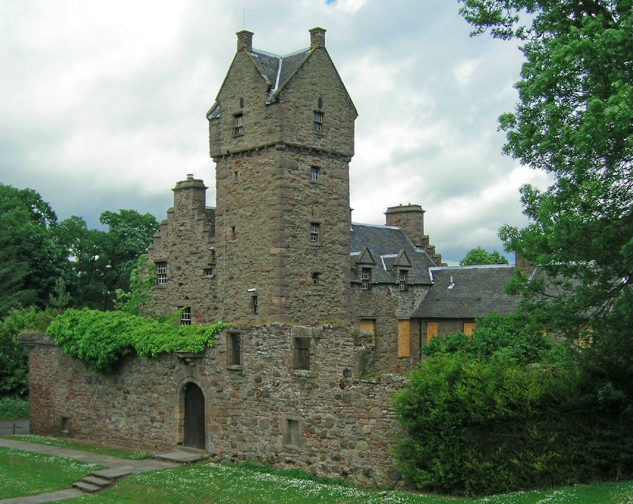 Mains Castle By Ydam - Own work, CC BY-SA 3.0, https://commons.wikimedia.org/w/index.php?curid=881101